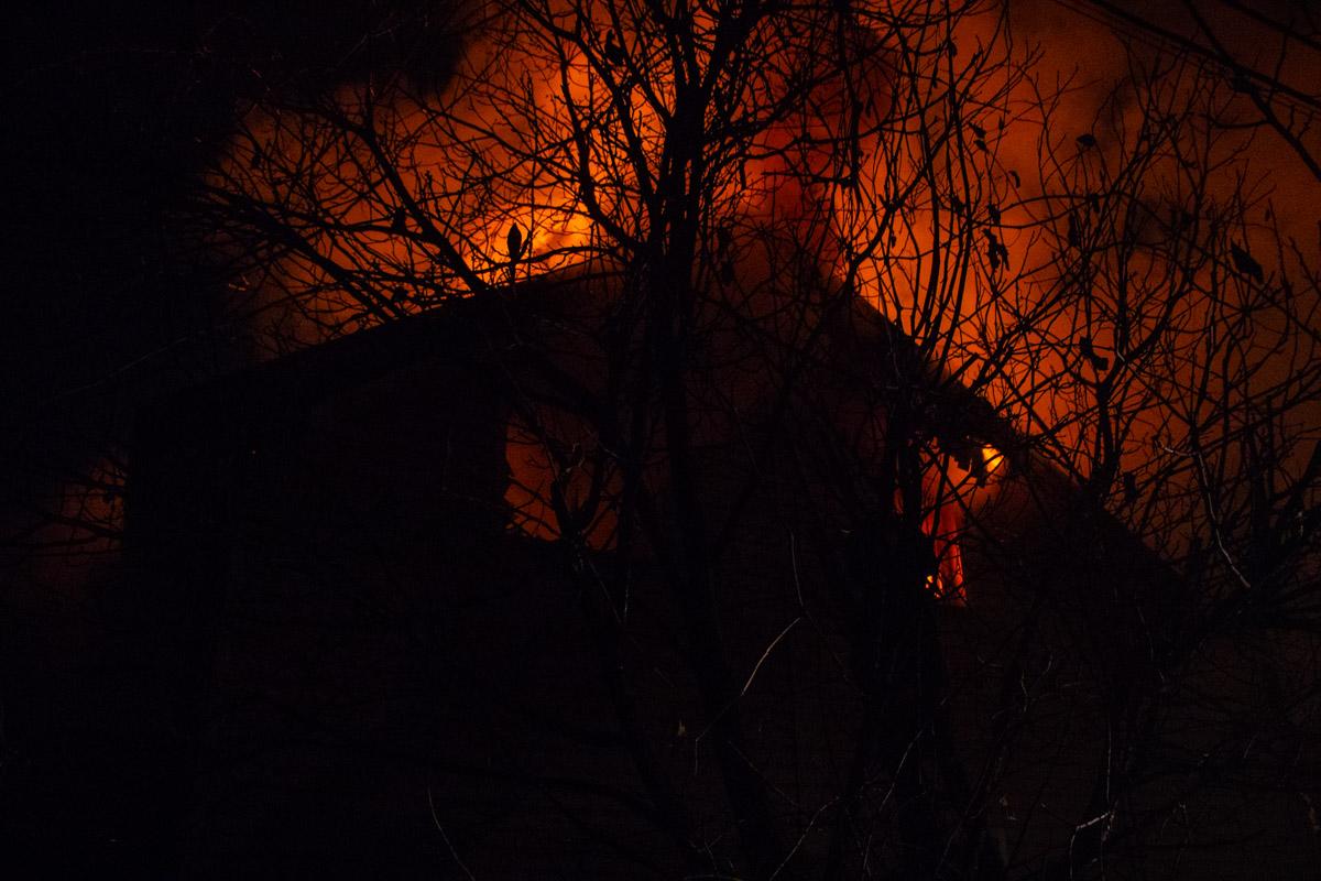 Лишь к 23:15 пожар удалось ликвидировать