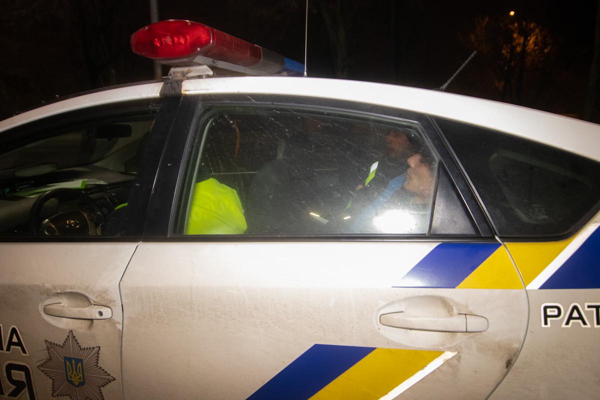 На мужчину одели наручники и увезли на освидетельствование