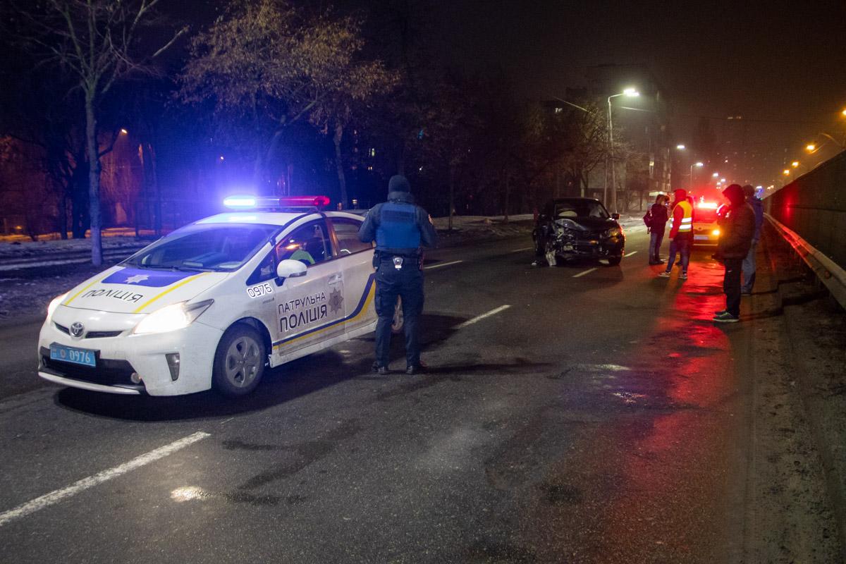 На улице Борщаговской пьяный водитель протаранил Nissan и влетел в отбойник