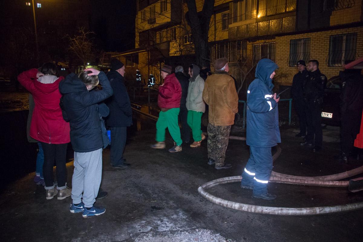 Часть жильцов дома попросили выйти на улицу