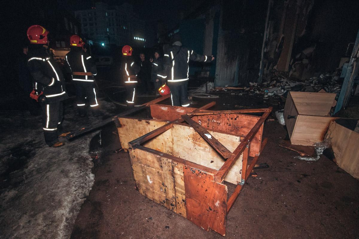 На улице Дегтяревской, 27а загорелся один из складов с удобрениями