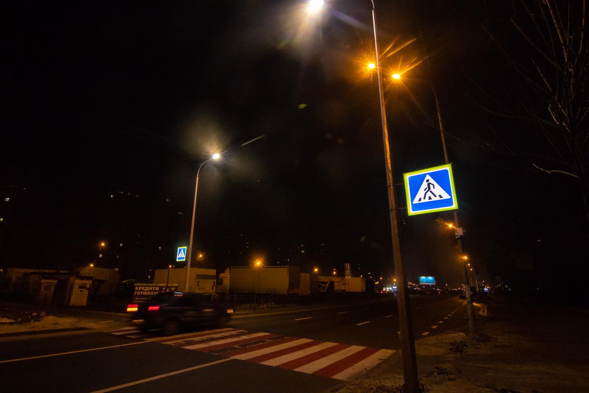 """Датчики срабатывают, когда автомобиль или же человек находятся примерно в 20 метрах от фонаря с установленным на нем дорожным знаком """"пешеходный переход"""""""