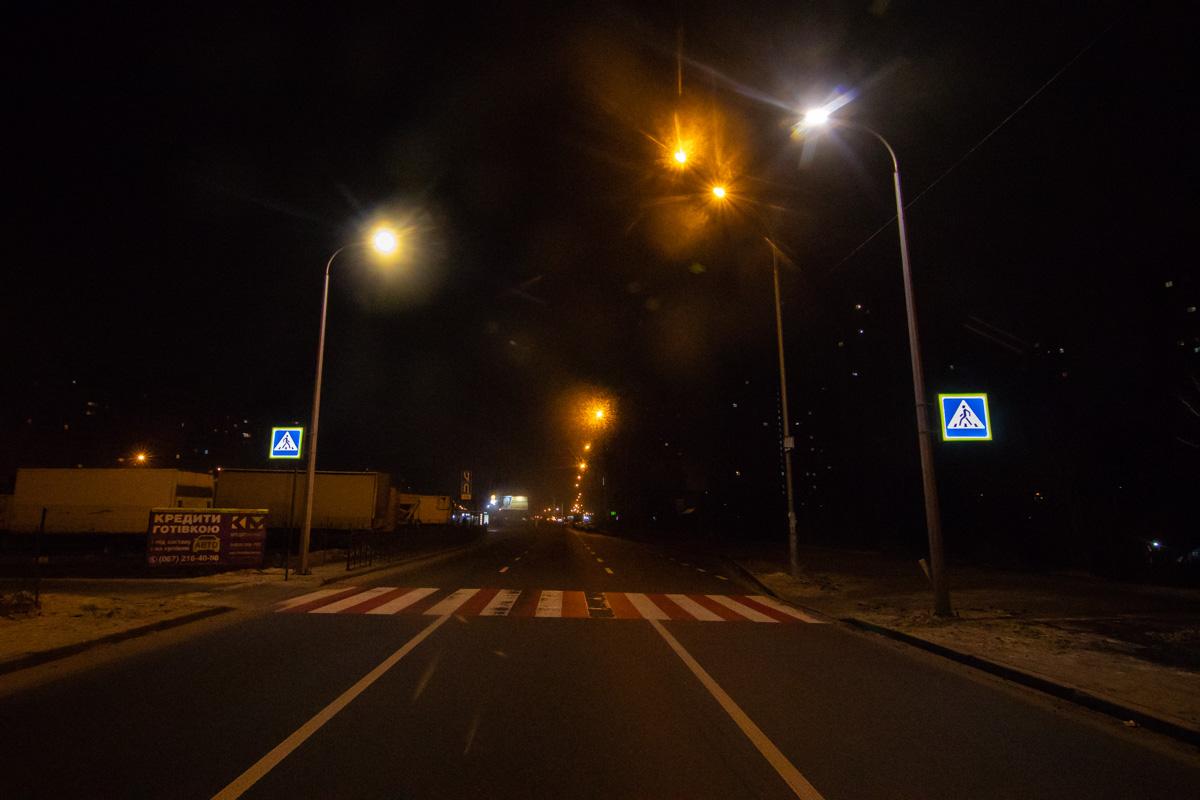 """Фонари возле """"зебры"""" горят значительно ярче, чем остальные, расположенные по периметру дороги"""