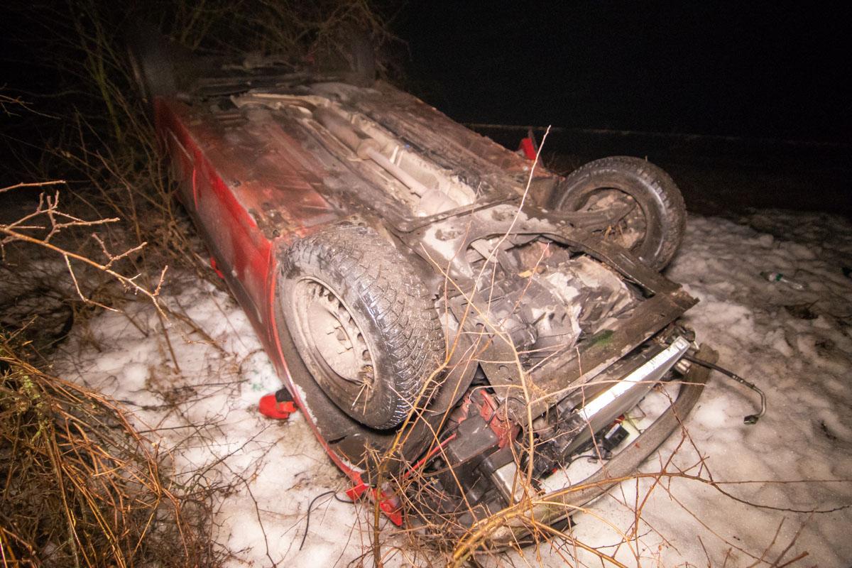 Оттуда машину снесло на обочину, где она перевернулась