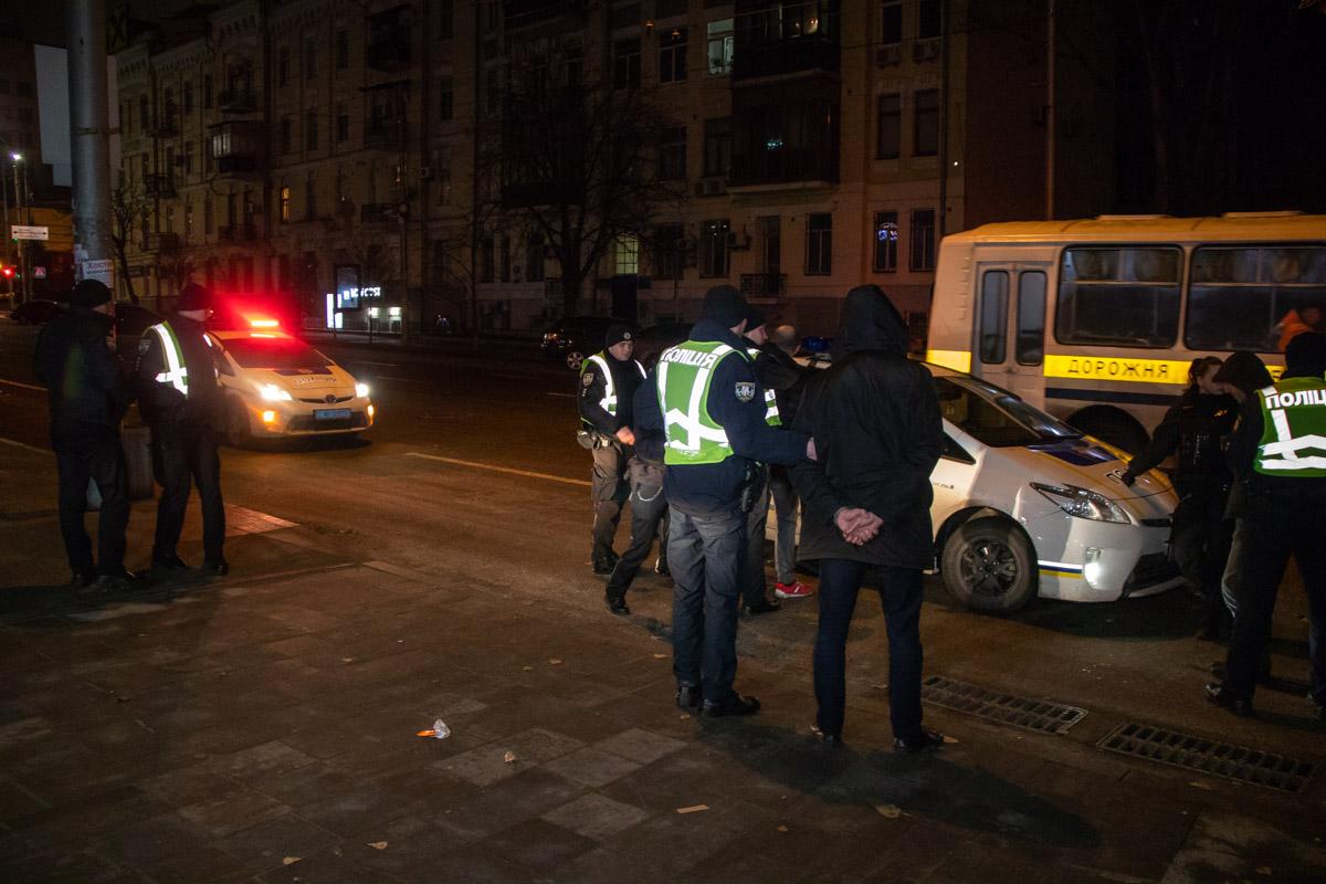О кражах правоохранителям буквально одновременно сообщили сотрудник службы такси, у которого украли часы и двое иностранцев, у которых украли портмоне, цепочки и часы