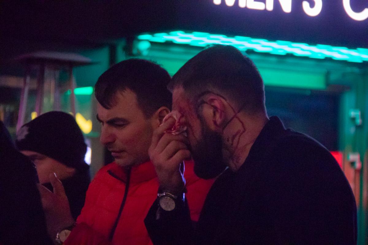 Кто-то из молодых парней арабской внешности избил выпившего жителя столицы, якобы за то, что он задел мужское достоинство ребят