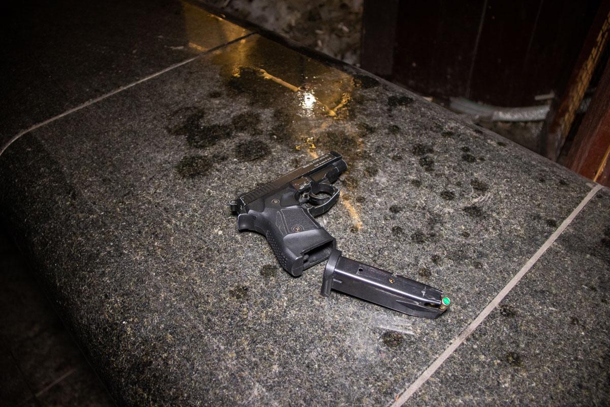 Прибывшие на место сотрудники полиции изъяли у предполагаемого нападавшего сигнальный пистолет