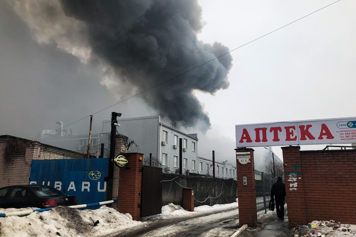 Около 11:54 загорелись склады стройматериалов по адресу Красноткацкая, 69