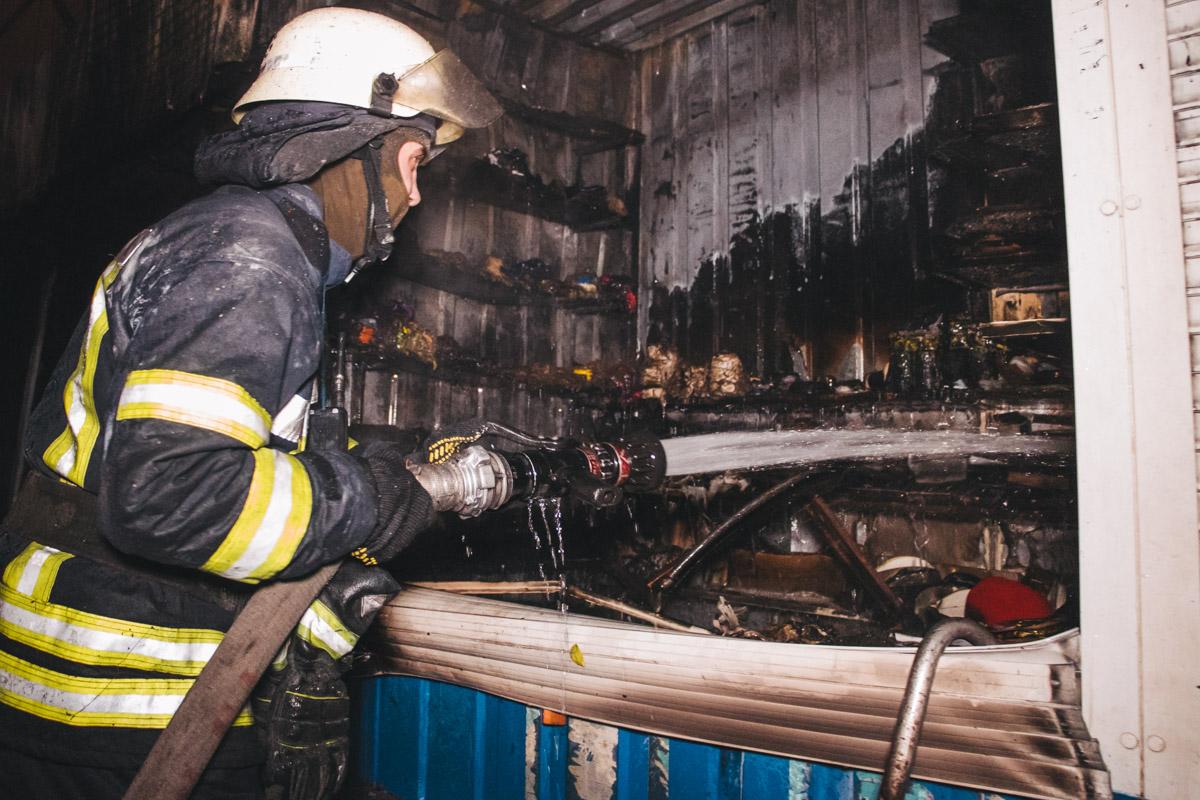 На месте оказалось, что возгорание случилось в двух киосках в торговых рядах рынка