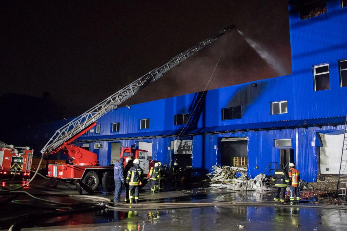 Спасатели локализовали пожар на складах в Киеве