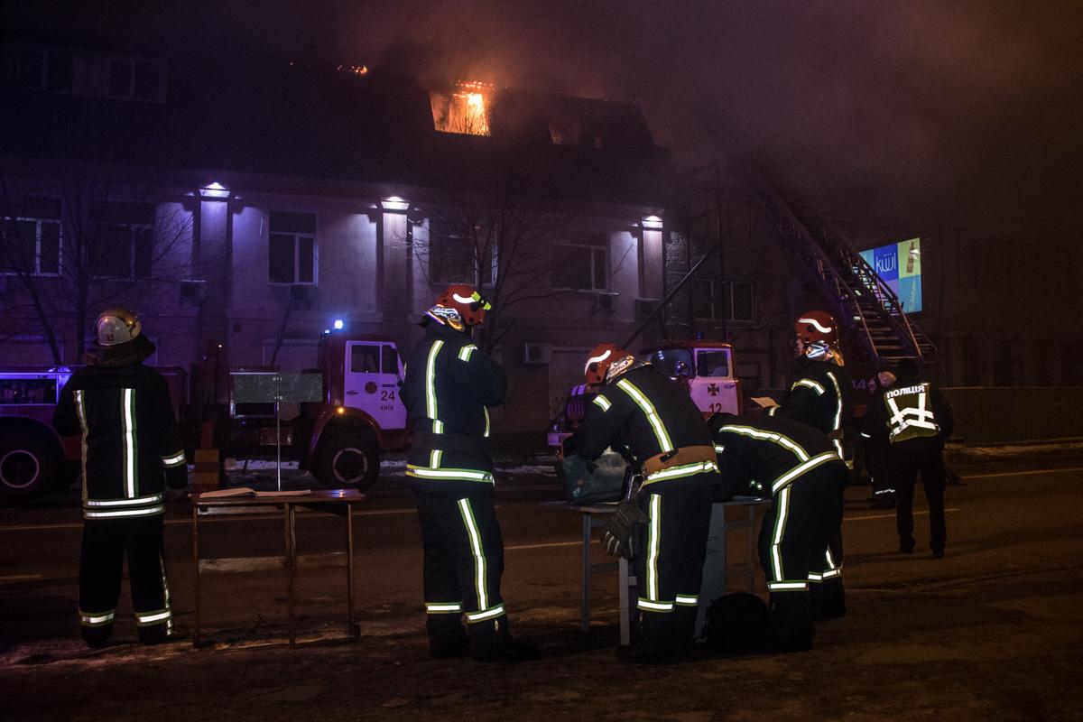 Горит трехэтажное офисное здание, а улицу Антоновича заволокло дымом