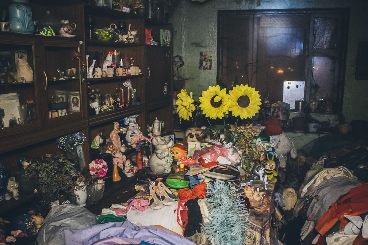 Хозяйка квартиры, женщина возрастом около 60 лет, ведет бродячий образ жизни и буквально завалила помещение мусором