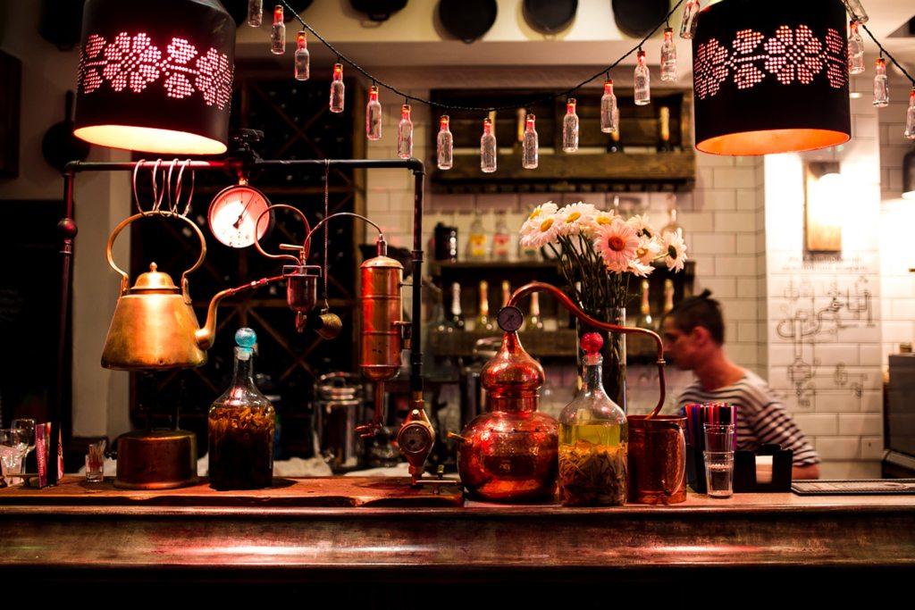 Samogon Bar - это отличное настроение и много различных видов крепкого самогона. И, конечно же, самогонный аппарат в качестве талисмана