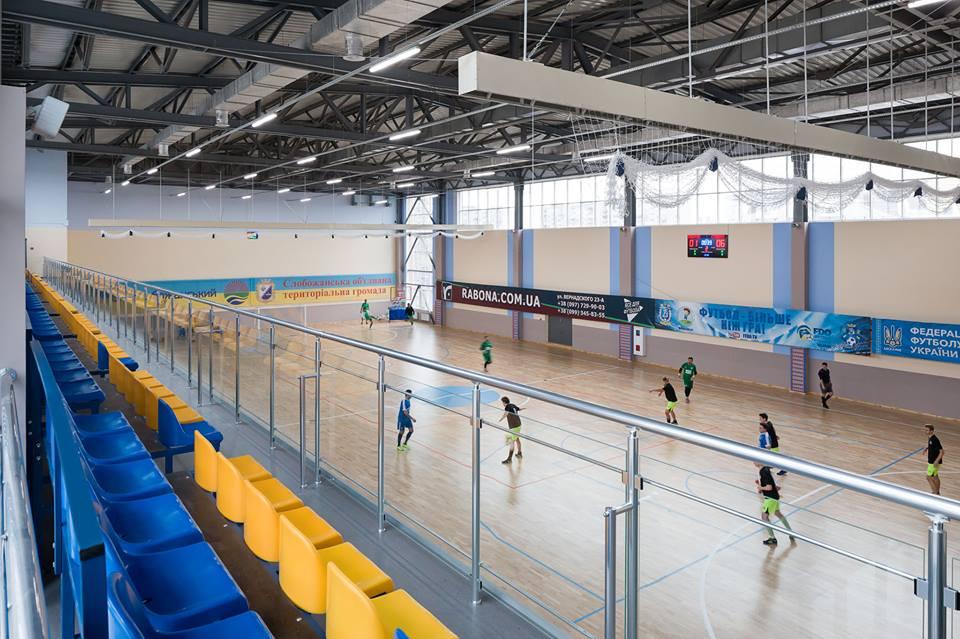 Огромный зал игровых видов спорта с профессиональным паркетом