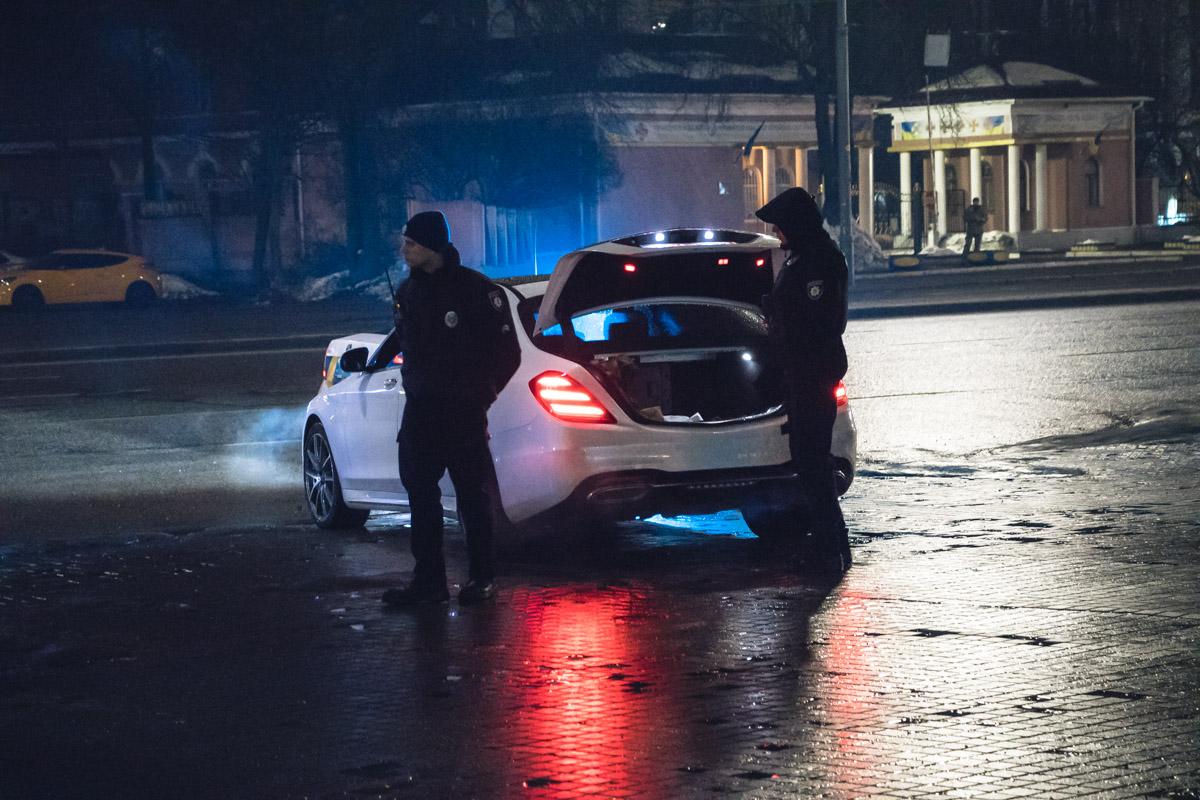 Также на месте находился белый седан Mercedes на транзитных номерах, возле которого постоянно находились несколько патрульных