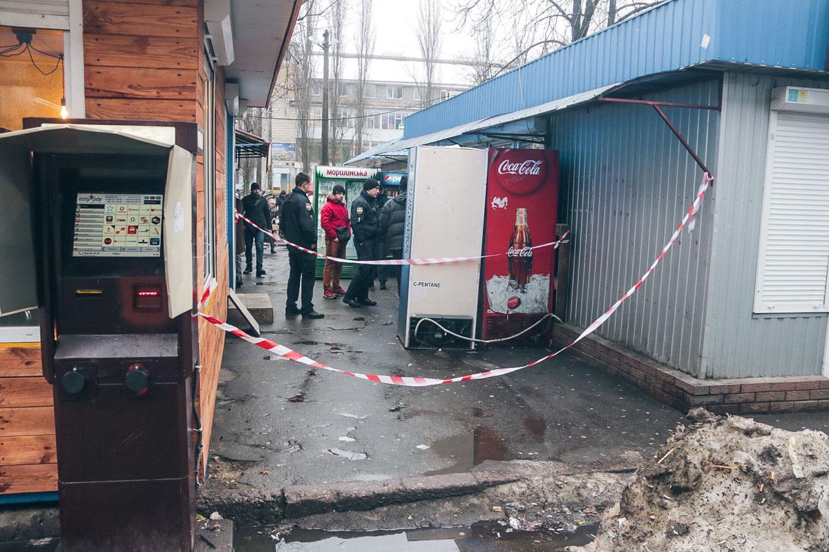Вблизи места инцидента патрульным удалось задержать подозреваемых
