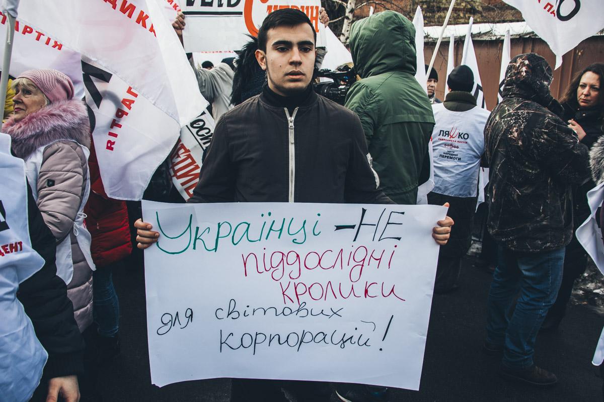 У противников Супрун в руках также были плакаты. А еще все они были сторонниками Радикальной партии, которая и стала инициатором отставки Супрун