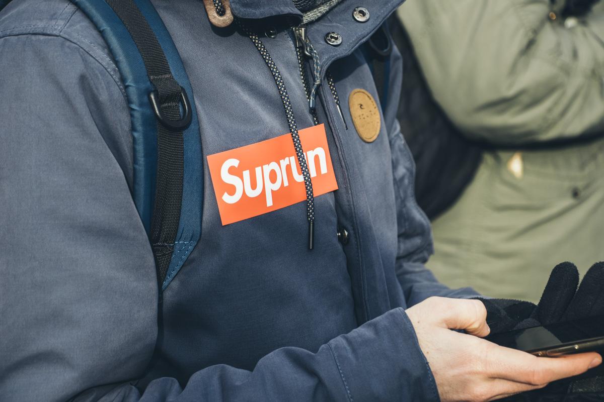 Также возле здания суда присутствовали люди с наклейками Suprun