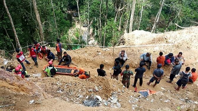 Десятки все еще находятся в ловушке под землей на незаконном золотом руднике