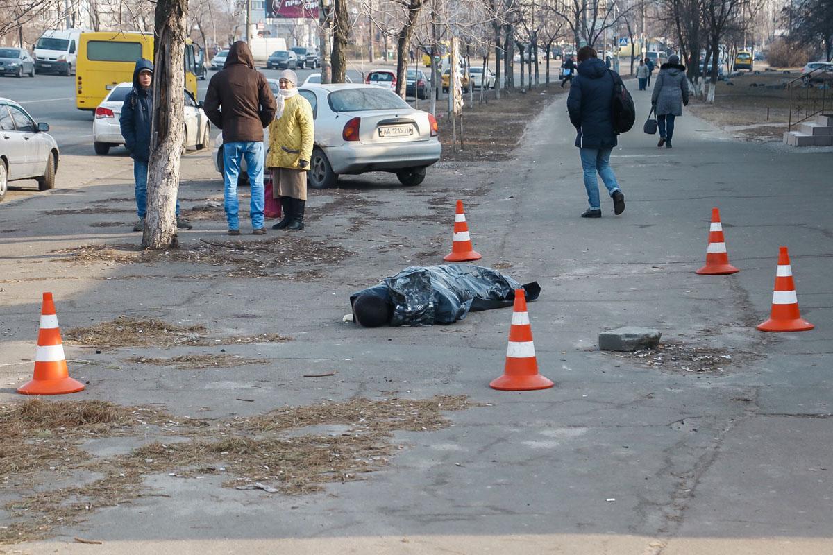 В понедельник, 25 февраля, в Киеве по адресу проспект Владимира Маяковского, 6 обнаружили труп мужчин