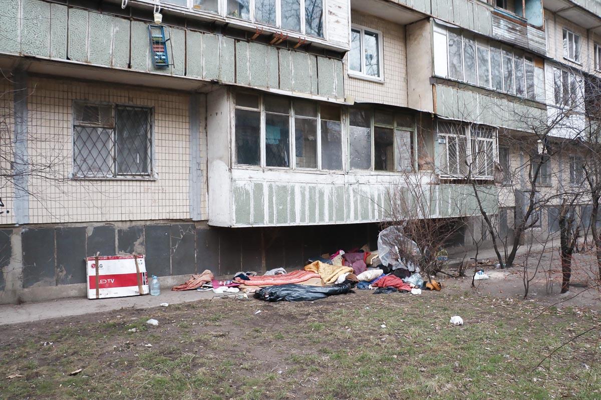 25 февраля по адресу улица Курчатова, 4 обнаружили труп женщины. Тело лежало под балконами 9-этажного дома