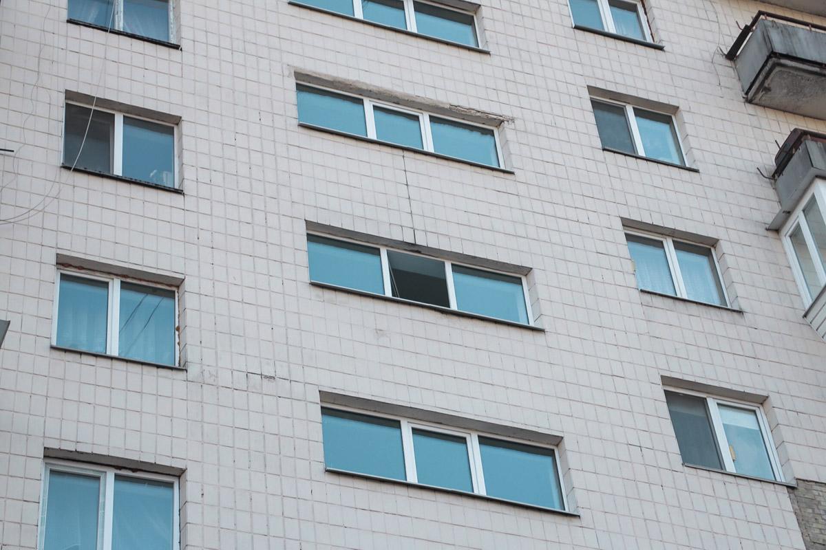 Парень выпрыгнул из окна парадного, которое находится между шестым и седьмым этажами