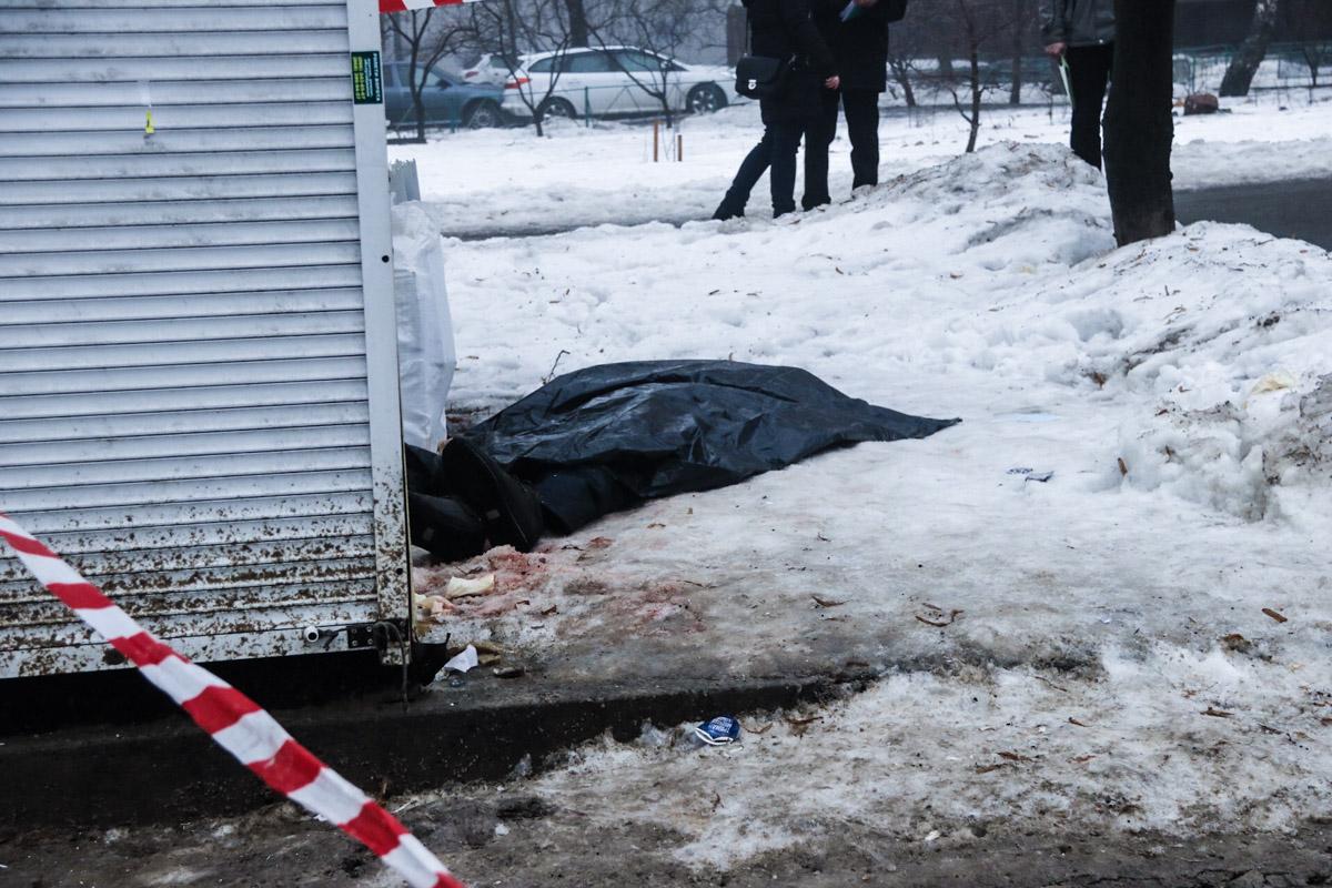 При осмотре на теле были обнаружены ножевые ранения. Предварительно, эксперты насчитали 5-6 ранений