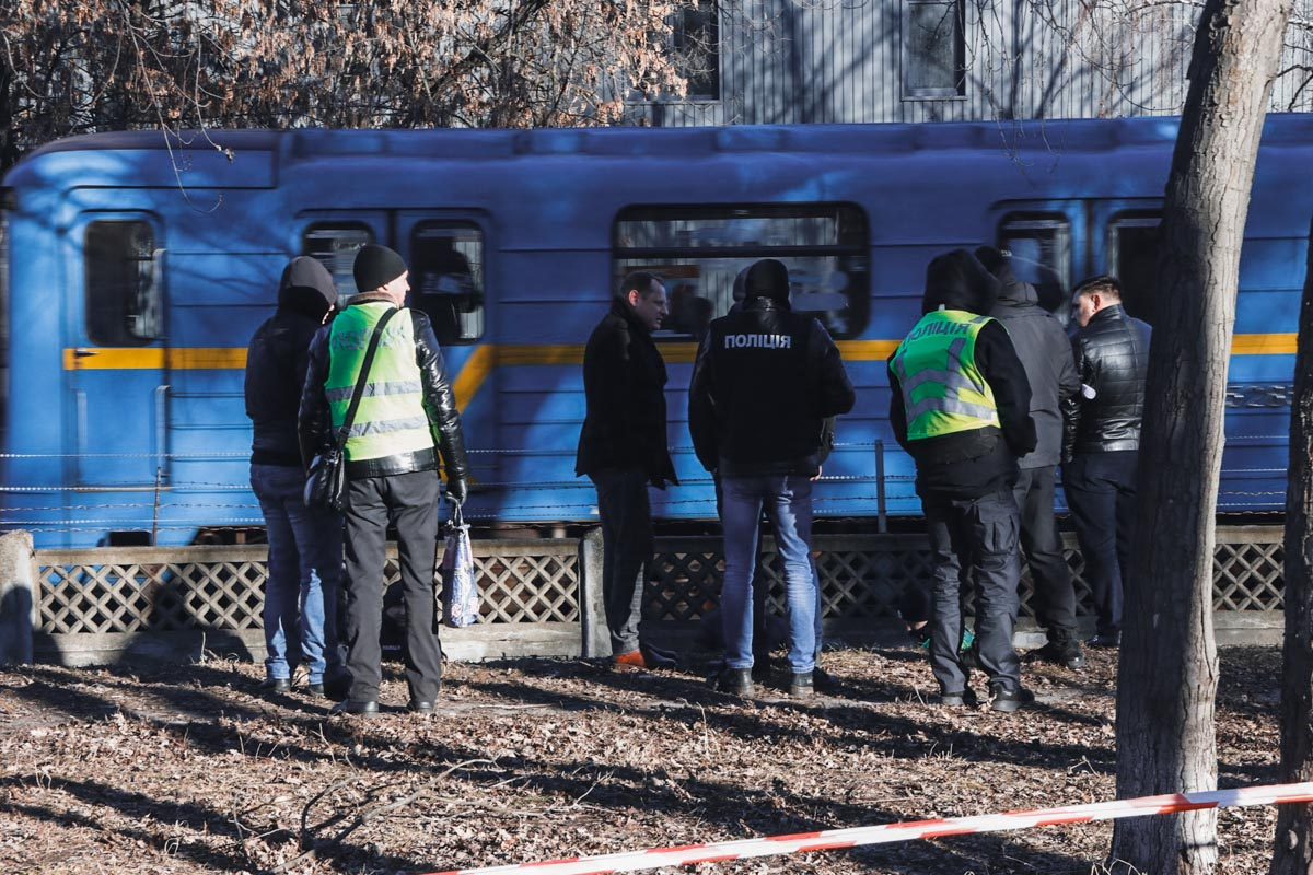Тело лежало в канаве зеленой зоны вблизи станции метро «Черниговская»