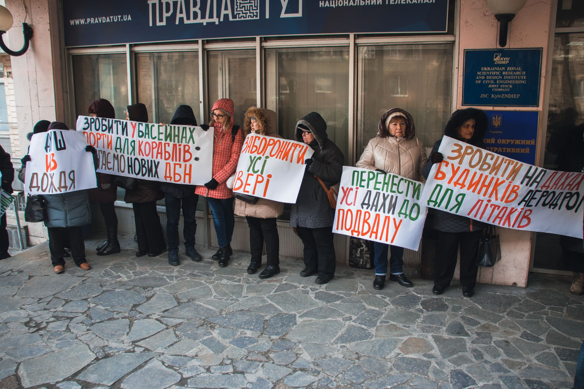 Встреча с представителями ГАСИ была назначена на 11:00, однако задолго да этого времени возле входа собрались несколько десятков, в основном пожилых, людей с плакатами