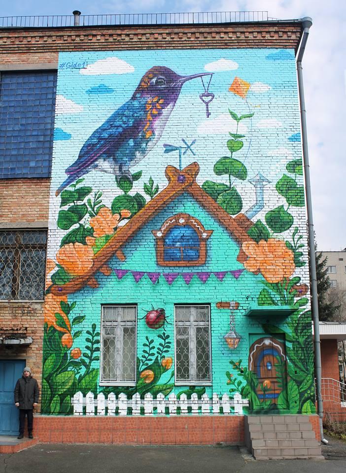 Художник изобразил колибри с ключиком на симпатичном голубом доме