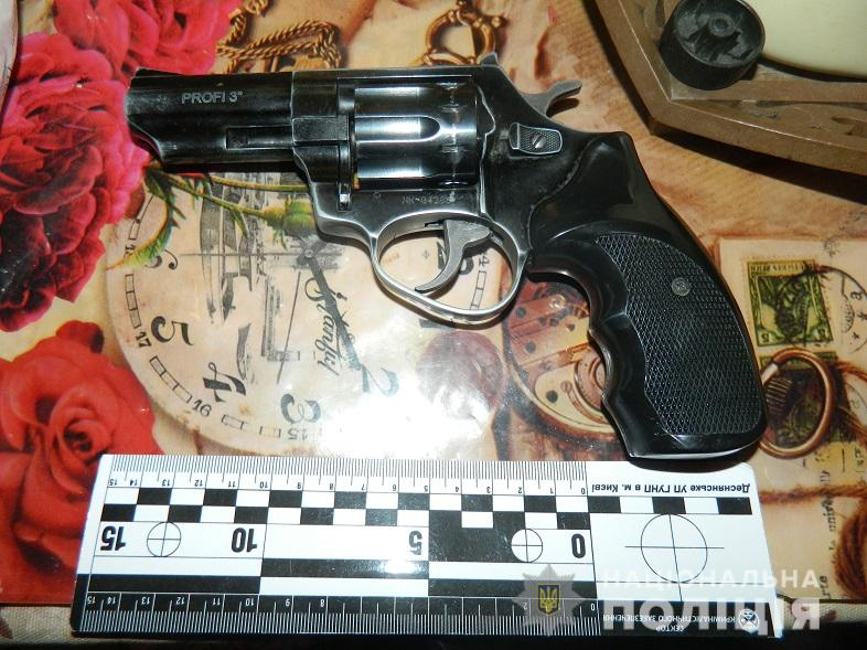 Из-за неосторожного обращения с оружием мужчина случайно выстрелил в живот собственной матери