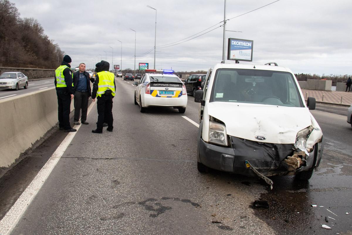 17 марта в Киеве на Набережном шоссе между мостом Метро и Пешеходным произошло ДТП с пострадавшими