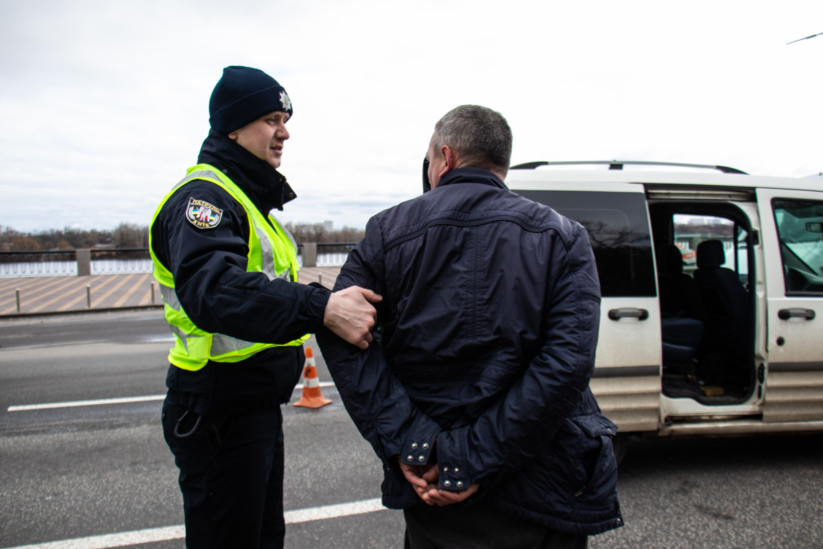 Мужчина утверждает, что он не сидел за рулем, но свидетели говорят обратное