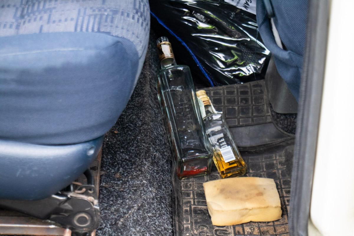 В момент приезда полицейских, мужчина распивал спиртные напитки на заднем сидении