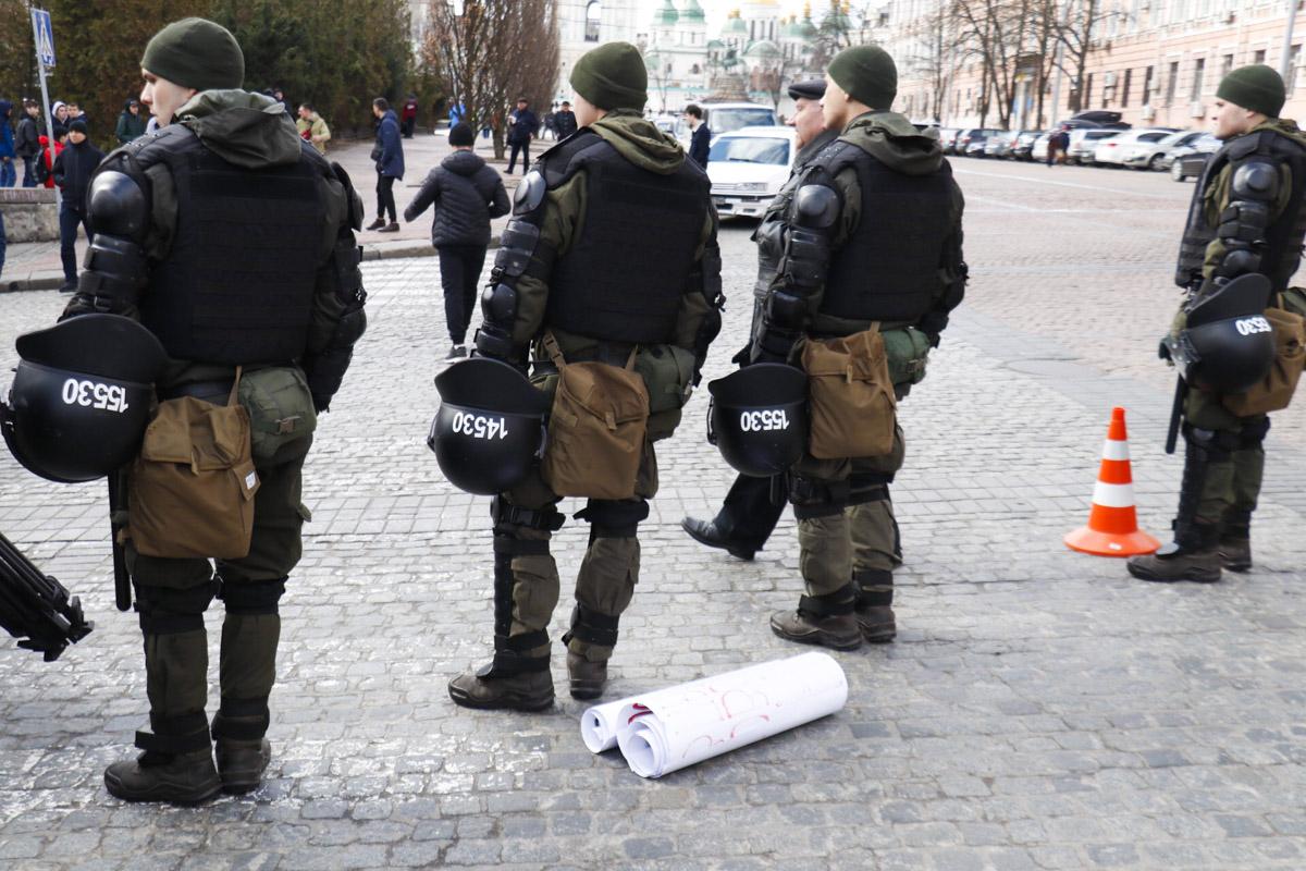 Наши корреспонденты стали свидетелями того, как у людей отбирали плакаты на входе