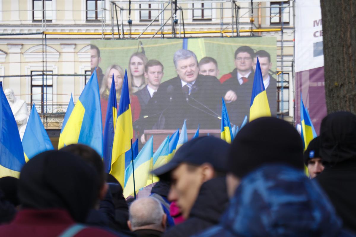 С 9:00 на Михайловской площади оборудовали сцену, а в 12:00 к народу вышел Петр Порошенко