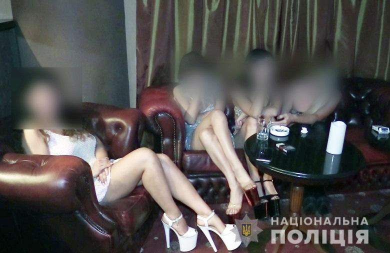 Кроме частных танцев, девушки предоставляли клиентам интимные услуги