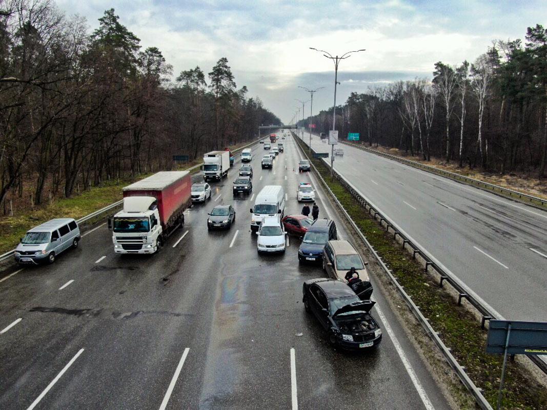 26 марта под Киевом на Бориспольском шоссе произошло крупное ДТП с участием девять автомобилей
