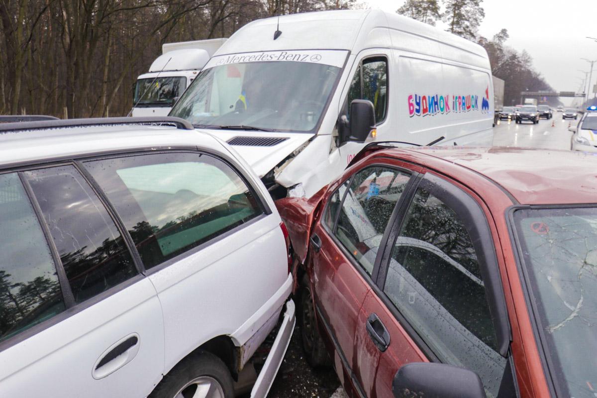 В это время автомобили один за другим начали врезаться друг в друга
