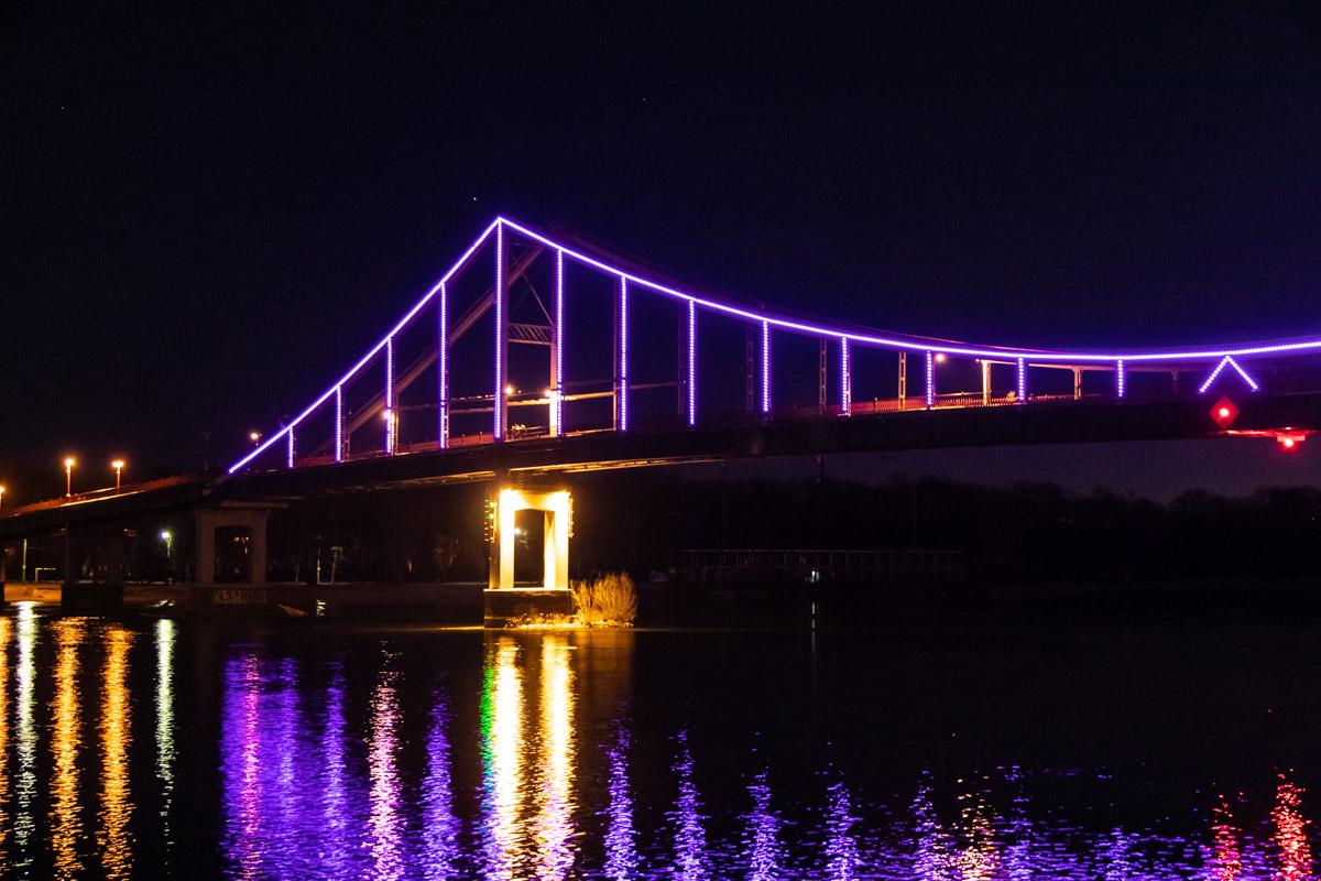 В честь Дня больных эпилепсией в Киеве подсветили фиолетовым цветом Пешеходный мост