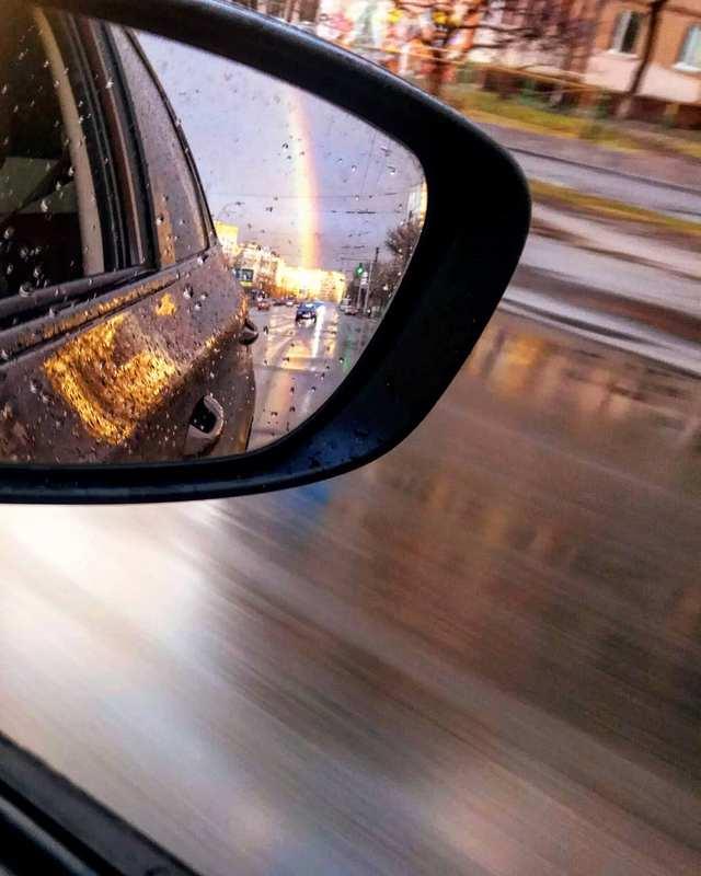 Радуга может радовать даже если вы в автомобиле. Фото: @liudmilabasista
