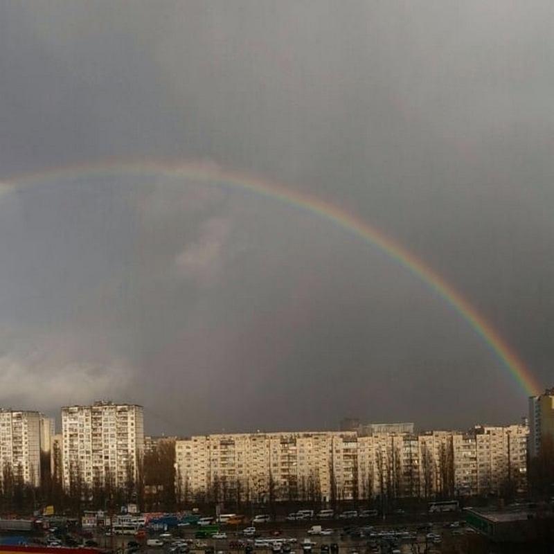 Над Киевом нависла разноцветная арка. Фото: @yulichka_budnik