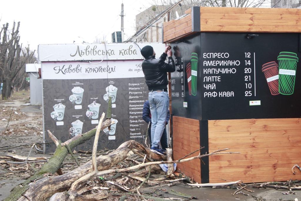 На улице Дегтяревской дерево упало прямо на парня, который выходил из продуктового магазина