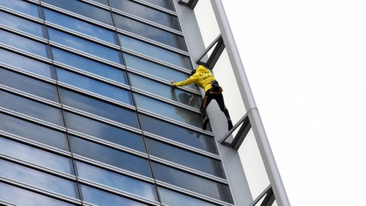 """""""Французский человек-паук"""" покорил небоскреб ради Нотр-Дама"""