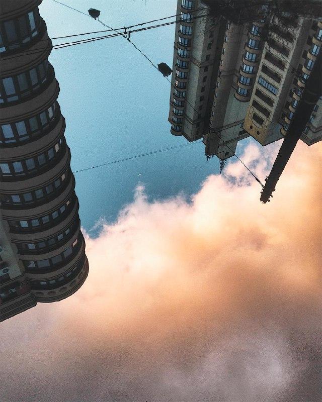 Розовые облака, как одеяло, укрывают столицу. Фото: @anastasiazi