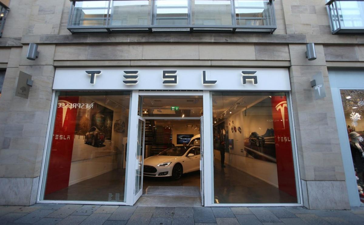 Tesla передумала закрывать магазины и подняла стоимость электромобилей