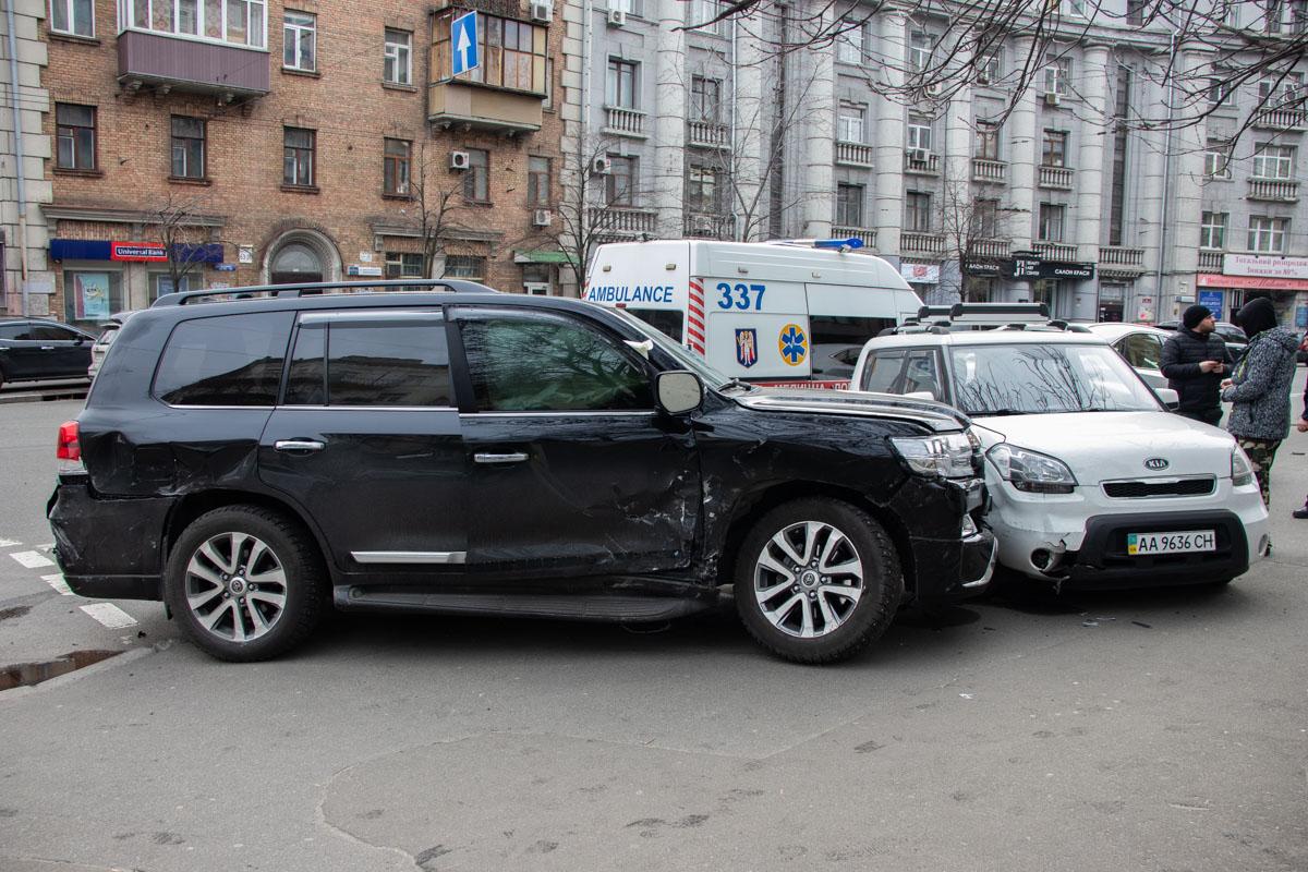 В Киеве на пересечении улиц Саксаганского и Тарасовской произошла авария с участием 4 автомобилей