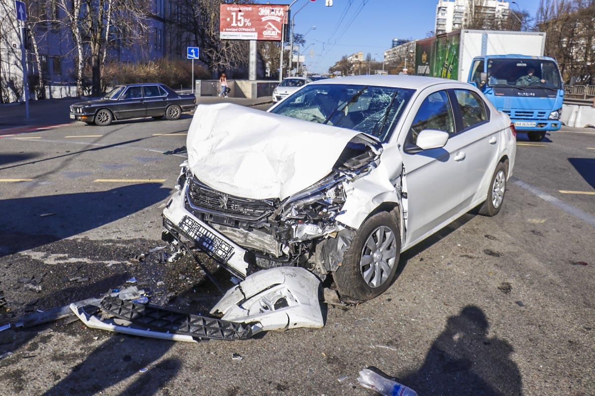 В Киеве на пересечении проспекта Победы и улицы Гарматной произошла серьезная авария