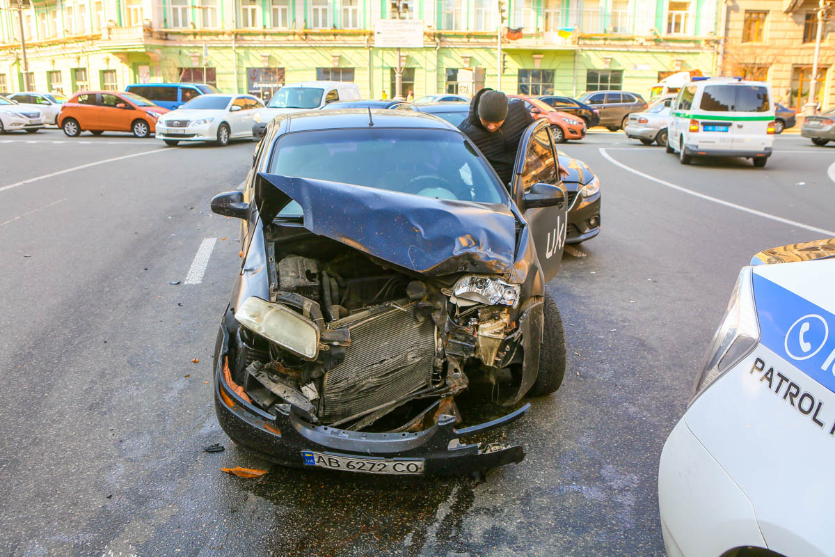 В результате столкновения передняя часть такси серьезно пострадала