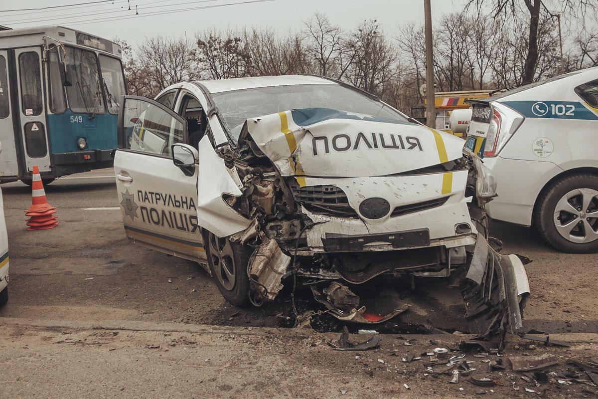 На улице Юрия Ильенко в Киеве произошла авария с участием полицейского автомобиля Toyota Prius